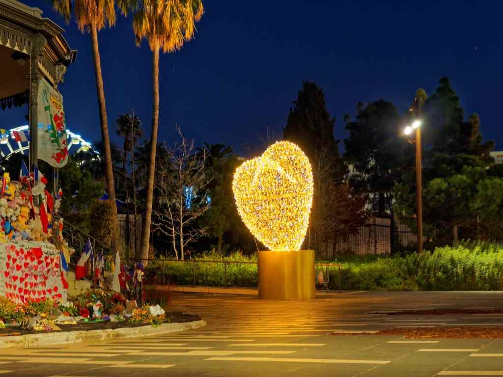Beleuchtetes Herz in Nizza.