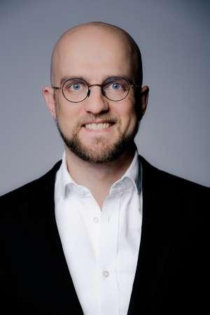Porträtfoto von Johannes Lachermeier, Presse- und Öffentlichkeitsmann der Theaterakademie August Everding in München.