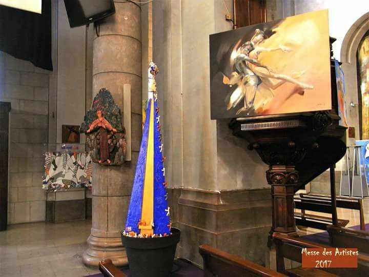 Kirchenraum, der zur Ausstellung umfunktioniert wurde. Kunstwerke und Skultpturen werden gezeigt am Aschermittwoch in Nizza.