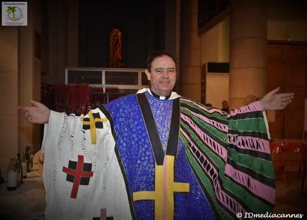 Frontalansicht von Dominikaner-Pfarrer Yves-Marie Lequin in bunter Robe bereit zur messe des artistes am Aschermittwoch in Nizzat