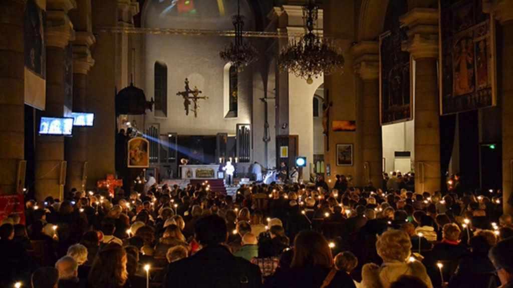 Kirschenraum mit Menschen gefüllt bereit für die Messe des Artistes in Nizza