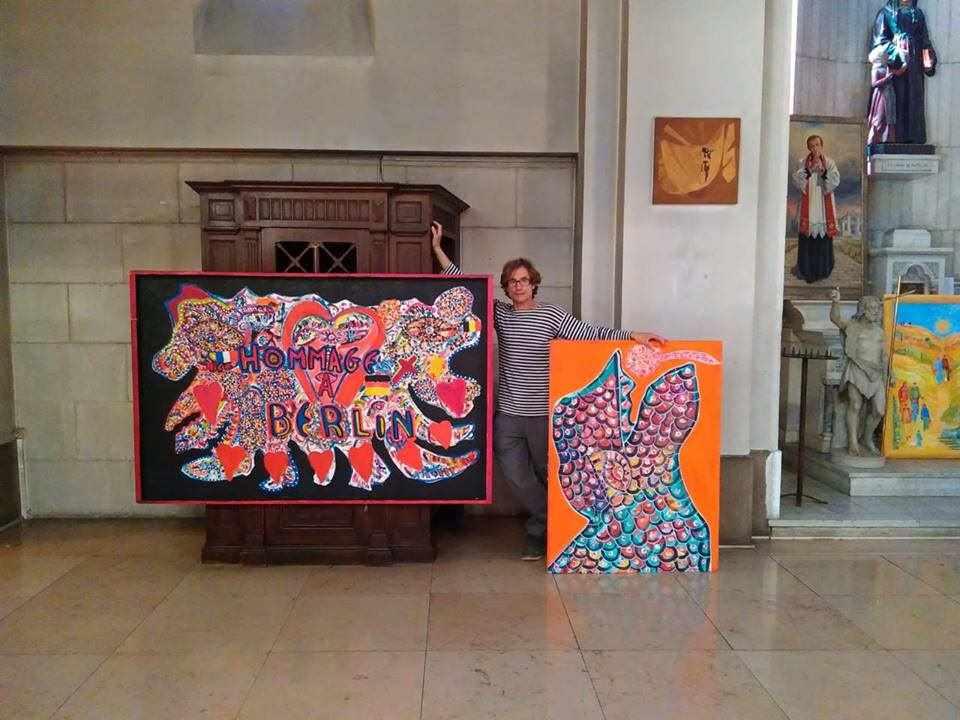 Künstler Paul Nikolli und zwei Gemälde von ihm.