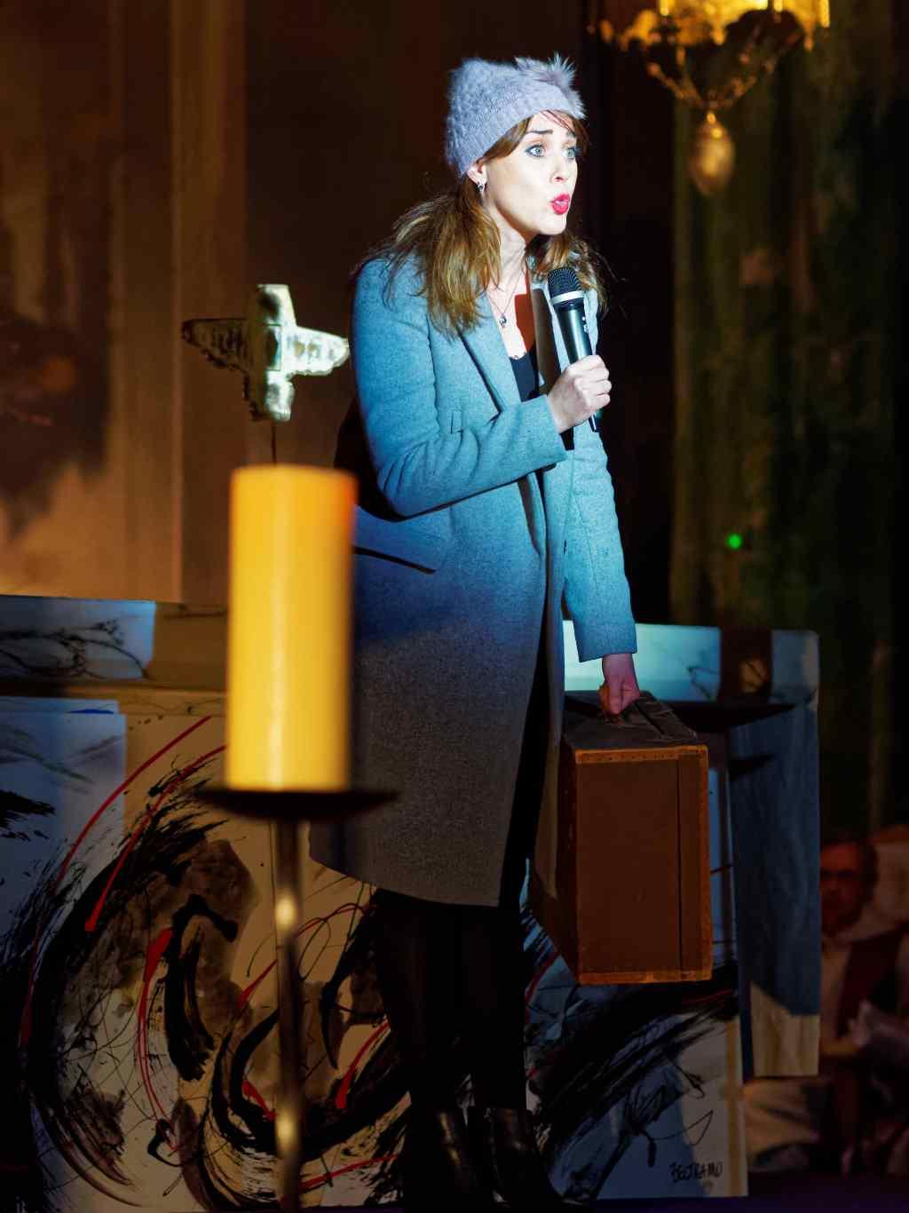 Isabelle Servol im Seitenprofil auf der Bühne.