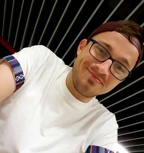 Porträt junger Mann mit Cappi, Brille, weißes T-Shirt: Luca Sebastian Jacobs