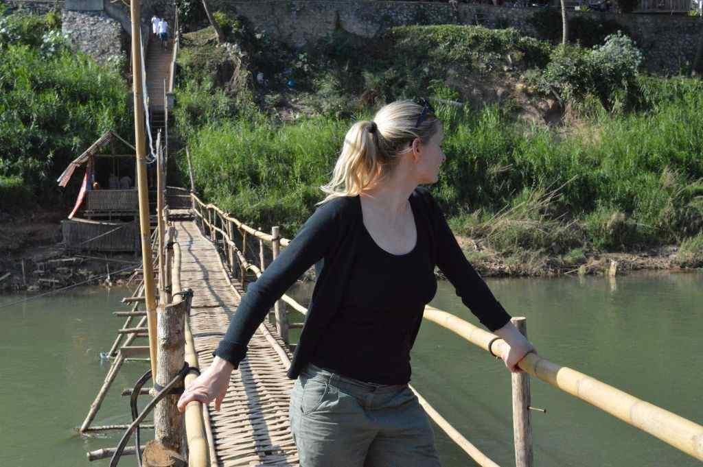Ricarda Hollweg auf einer Holzbrücke. Die Reisebloggerin sucht und findet überall in der Welt Hiddentraces.