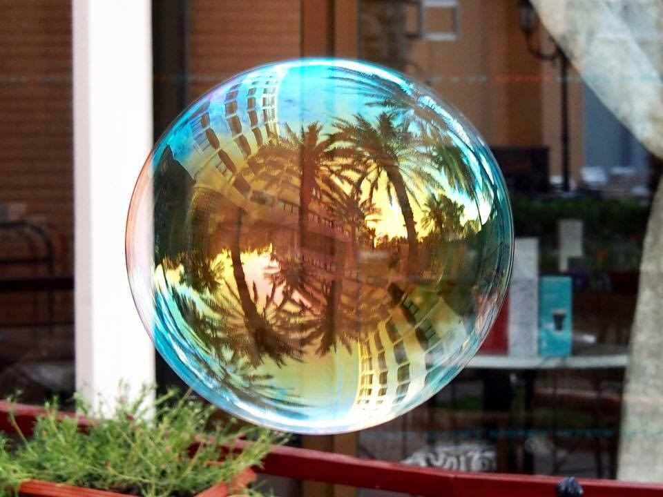 Bubble von Khaled Youssef. Spiegelt Uferpromenade von Nizza wider. Künstler aus Syrien