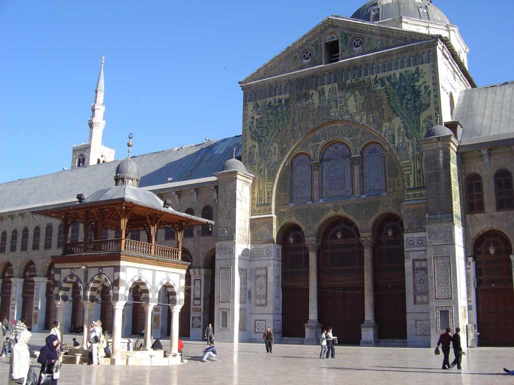 Foto von der Fassade der Omayyaden-Moschee in Damaskus bei Sonnenschein.