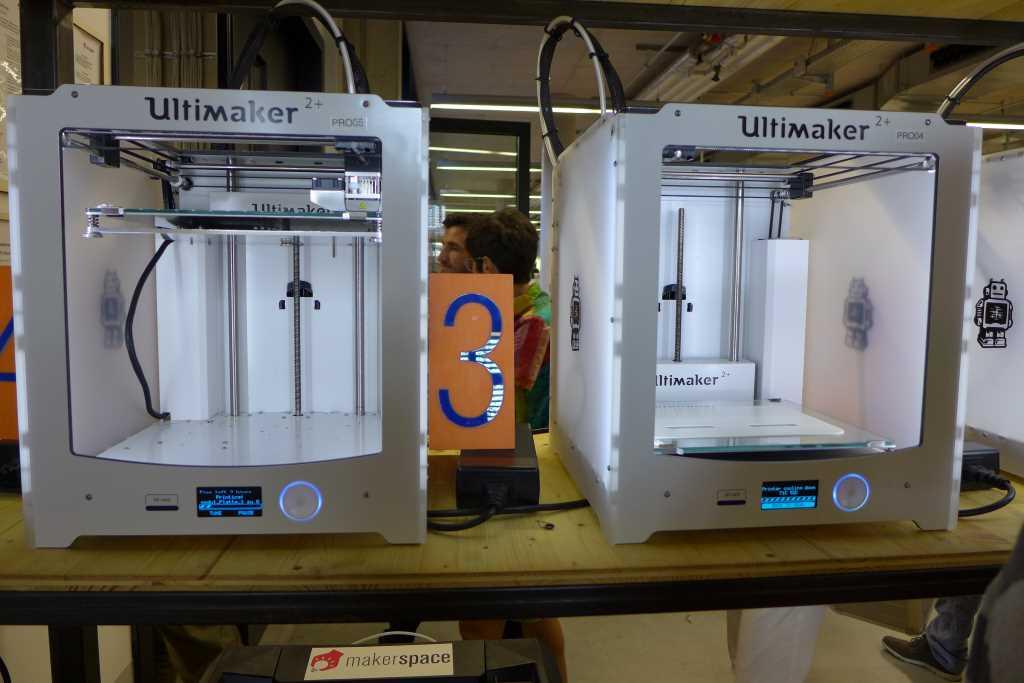 Zwei 3-D-Drucker des Makerspace in Garching. Hier darf jeder seine Visionen in tatsächliche Prototypen realisieren und auf die Tauglichkeit hin prüfen. So geht Visionen gestalten.