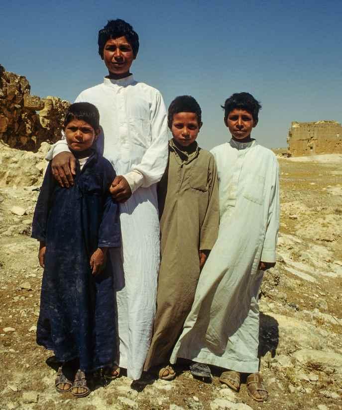 Vier Jungs - Geschwister - in der Wüste Palmyras.