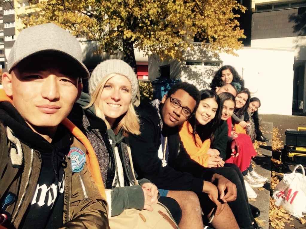 Jugendliche sitzend vom Kulturprojekt Videodreh fang die Zeit von DEIN MÜNCHEN e. V.