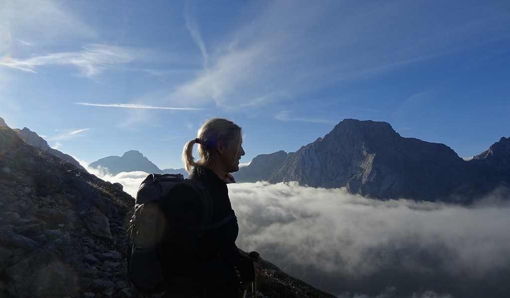 Sylvia Kasdorff von Brotwein, eine Foodbloggerin aus München vor atemberaubender Bergkulisse auf dem Gipfel umwolkt.