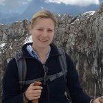 Die Foodbloggerin Sylvia Kasdorff von Brotwein mit Wanderstock in den Bergen.