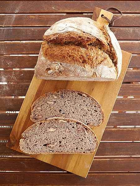 Aufgeschnittenes Walnussbrot auf einem Brett arrangiert von der Foodbloggerin Sylvia Kasdorff
