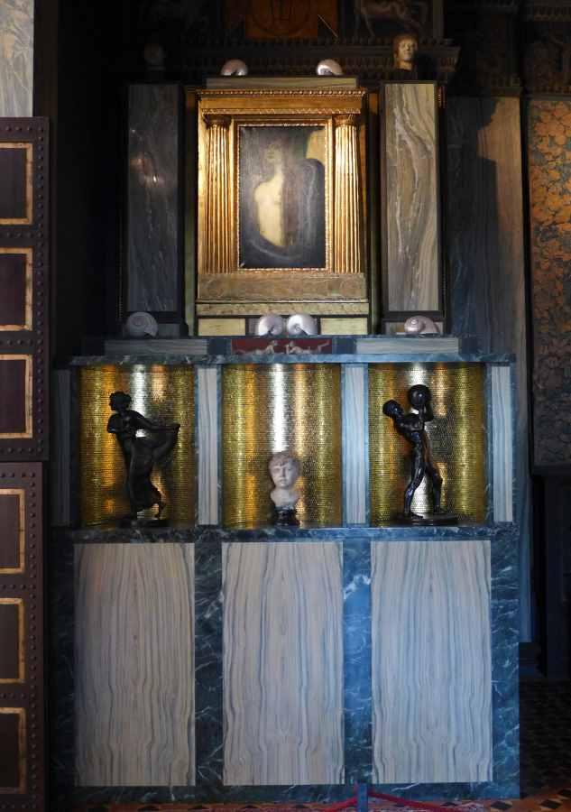 """Blick auf den Aufbau der Altar der Sünde von Franz von Stuck in seinem Künstleratelier mit seinem Skandalbild """"Die Sünde""""."""