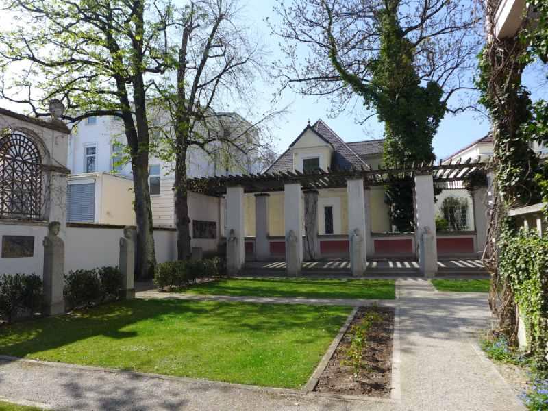 Blick vom Café in den Künstlergarten der Villa Stuck bei Sonnenschein.