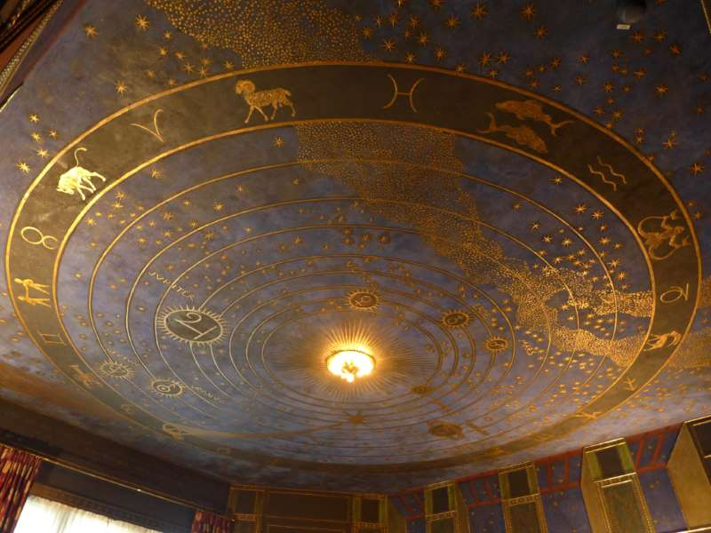 Raumausschnitt. Decke mit Sternenhimmel im Musiksalon der Villa Stuck