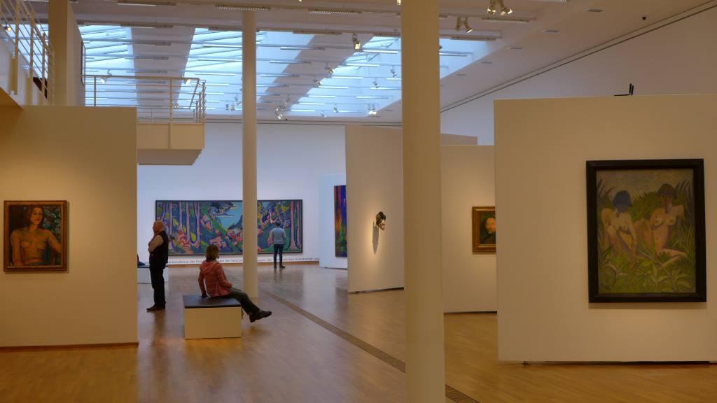 Blick in die Ausstellung Hans Purrmann im Buchheim Museum am Starnberger See. Fahrbare Bank faszinierte. Sofas und Museen braucht das Land.