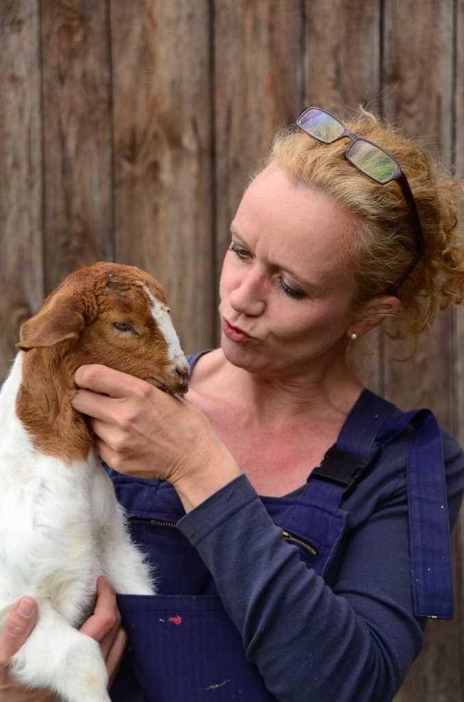 Friederike Kroitzsch schmust mit ihrer Ziege im Odenwald. Bloggen und Leben auf dem Land macht Spaß!