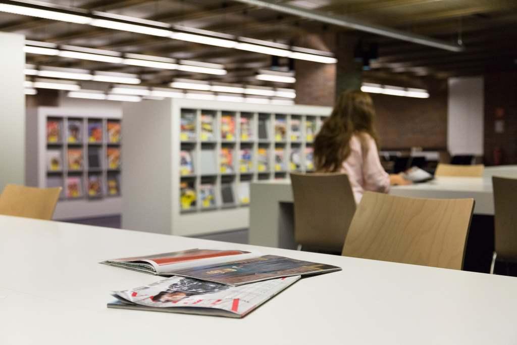 Blick in den Zeitschriftensaal der Münchner Stadtbibliothek am Gasteig. Digitalisierung schreitet auch bei den Zeitschriften voran.