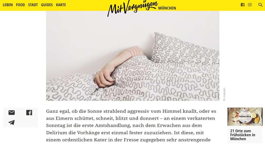 Blogpost mit Bild, Bettszene mit Arm, der auf der Bettdecke aufliegt. Titelbild für den Artikel Katersonntag Mit Vergnügen München.