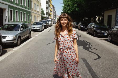 Porträtaufnahme von Anja Schauberger von Mit Vergnügen München im Sommerkleid. Sie gibt Ausgehtipps rund um München.