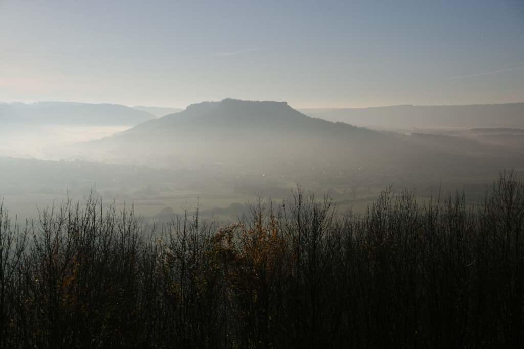 Nebelverhangener Blick auf Berg. Steht für Nachdenken, Ideen und Überraschungen auf jaellekatz