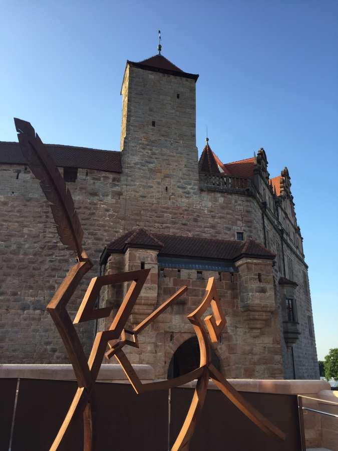 Sicht auf die Cadolzburg, davor die Skulptur von Jonatan Rhem und Jonathan Themm.