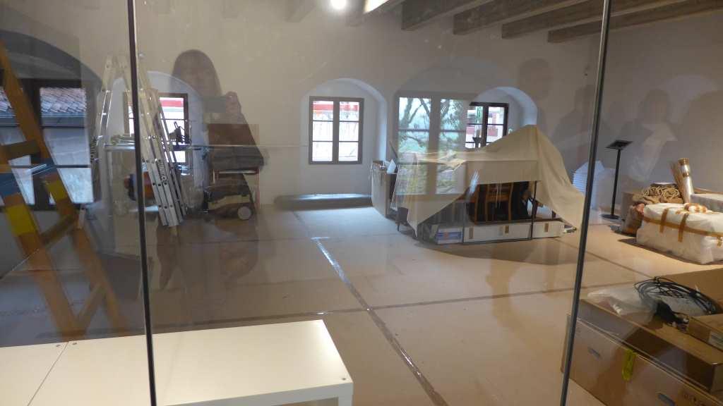 Blick in den museumspädagogischen Raum, der im Umbau ist mit Material, Werkzeugen etc.