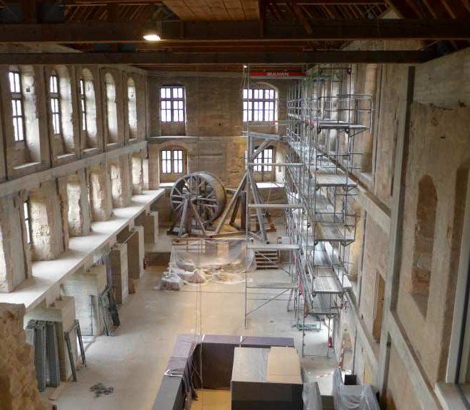 Blick von der Freitreppe der Cadolzburg ins Neue Schloss mit Gerüsten, verhängter Installation und Tetrakran