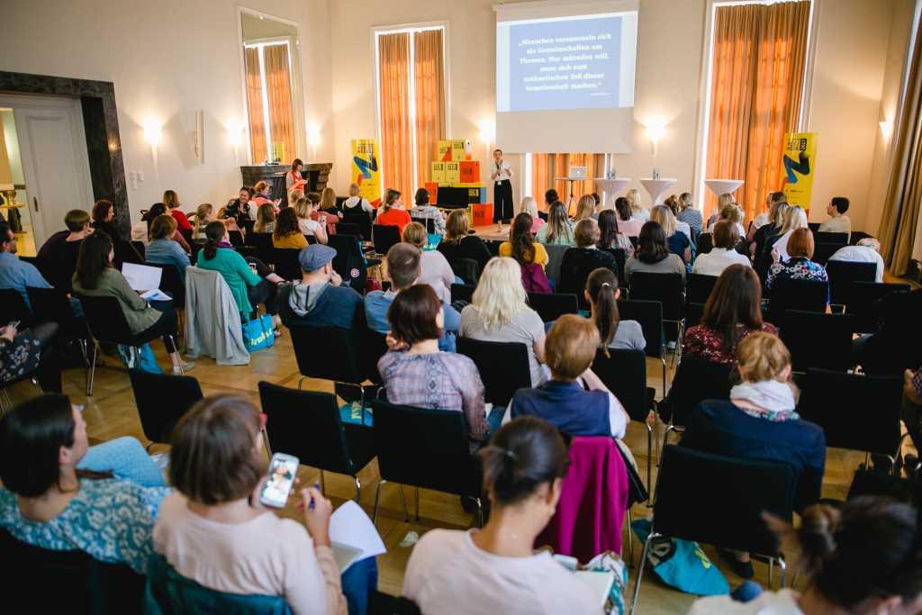 """Sophie Lüttich von berlinfreckles spricht auf der denkst - der Bloggerkonferenz in Nürnberg vor großem Auditorium über """"Was Blogger vom Fundraising lernen""""."""
