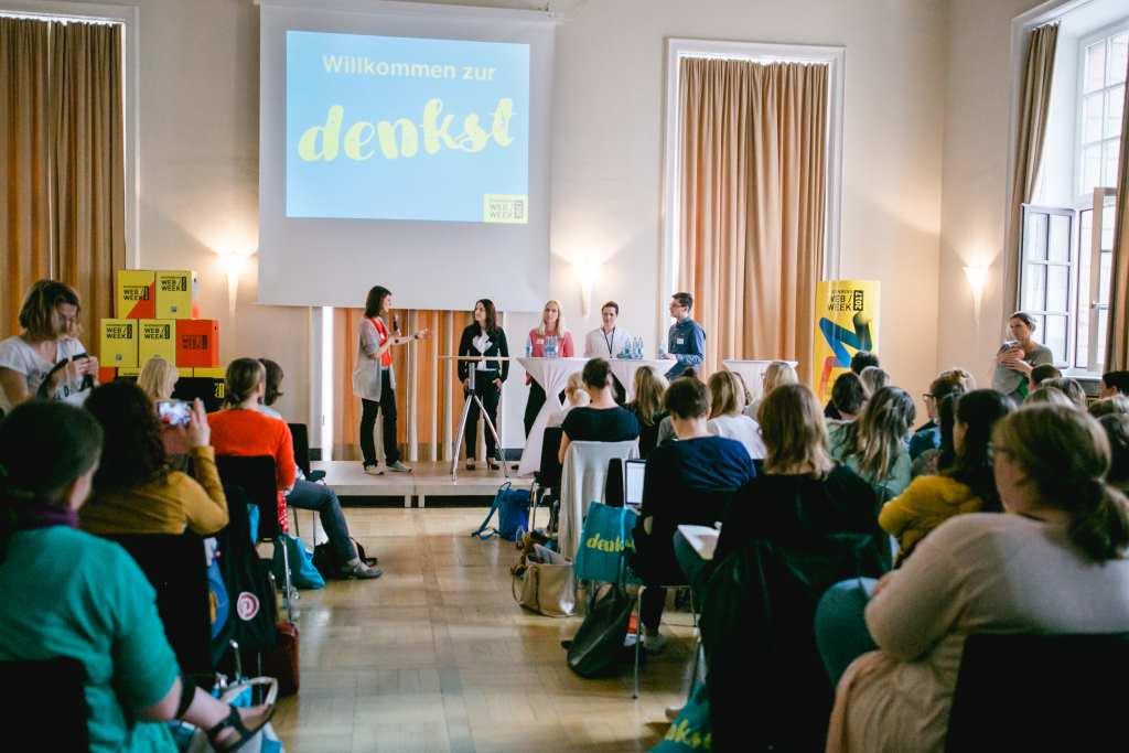 Blick aufs Podium der denkst mit fünf Diskutanten, die über Mehrwert und Monetarisierung vom Bloggen sprachen. Denkst ist die Bloggerkonferenz in Nürnberg