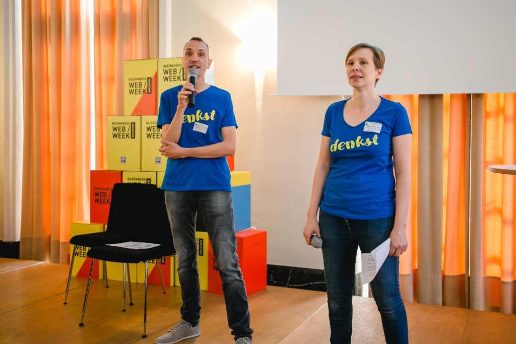 Sven Trautwein und Susanne Hausdorf in Action auf der Bühne. Sie organisierten die denkst - die Bloggerkonferenz in Nürnberg
