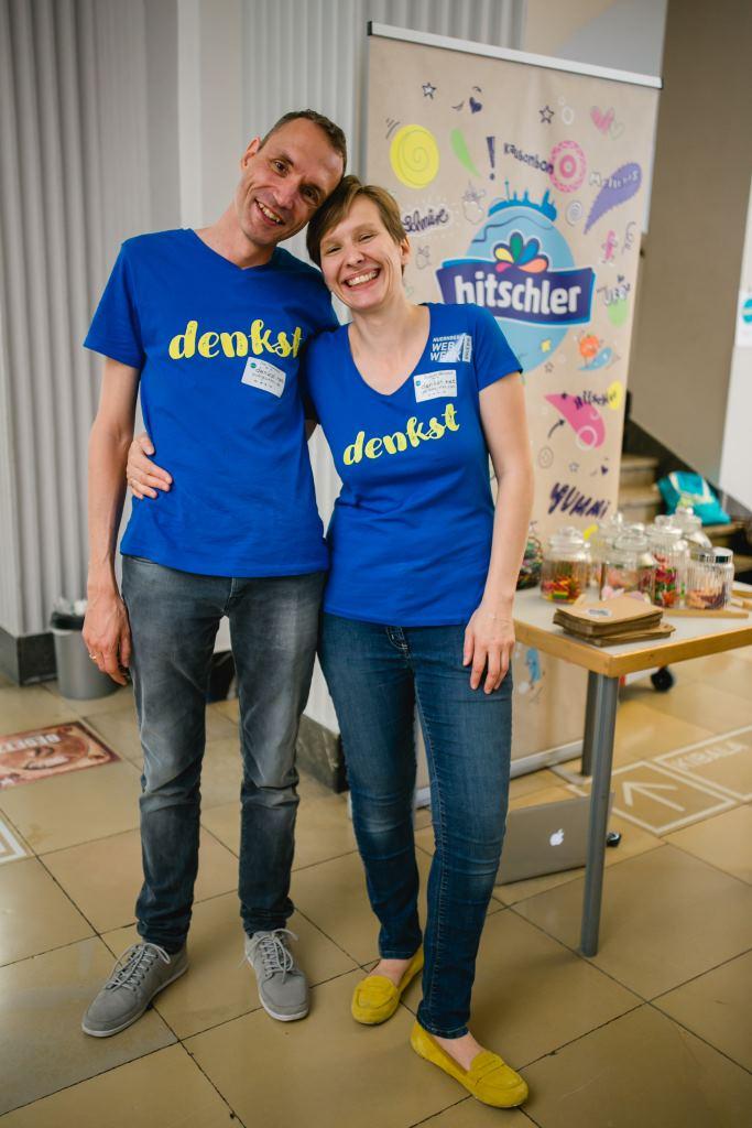 Müde und erschöpft umarmen sich die Macher der denkst - Sven Trautwein und Susanne Hausdorf