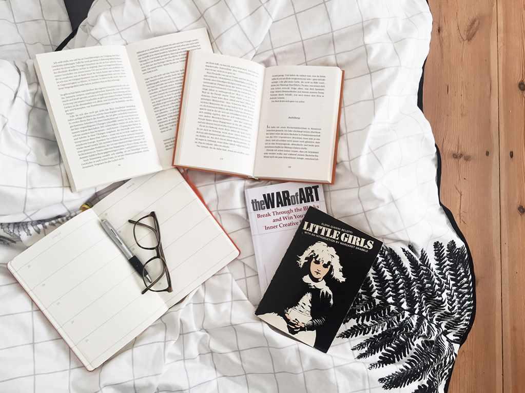 Kea schreibt – Poesie im Blog. Auf dem Boden aufgeschlagene Bücher