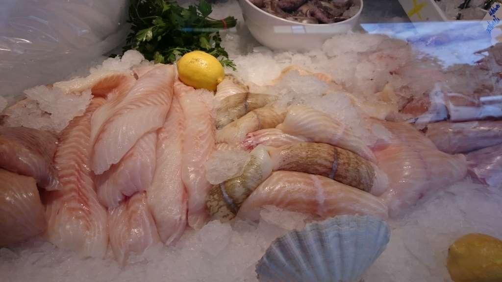 Sortiment von Fisch am Fischstand.