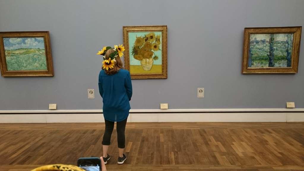 KultKatze posiert für #impressMUC vor Van Gogh in der Neuen Pinakothek. 12 von 12.