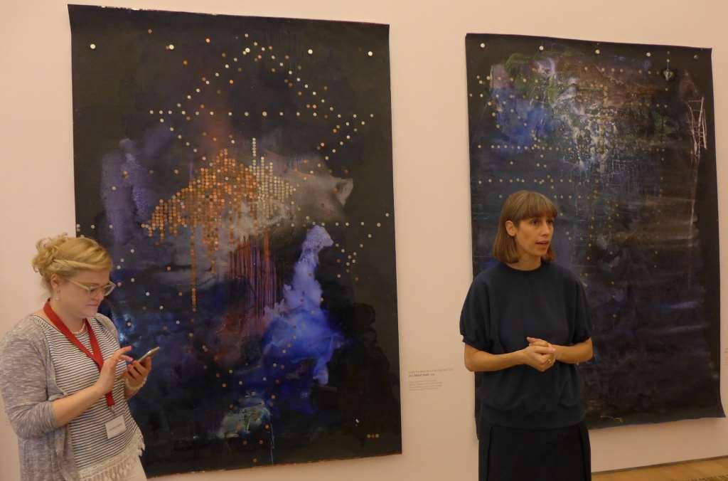 """Und schwupps, einmal etwas zu nah ans Bild et voilà: Sirene an. Hier Dr. Dander mit der Isarbloggerin vor """"Stars and Stripes"""", #openBrandhorst17, Museum Brandhorst."""
