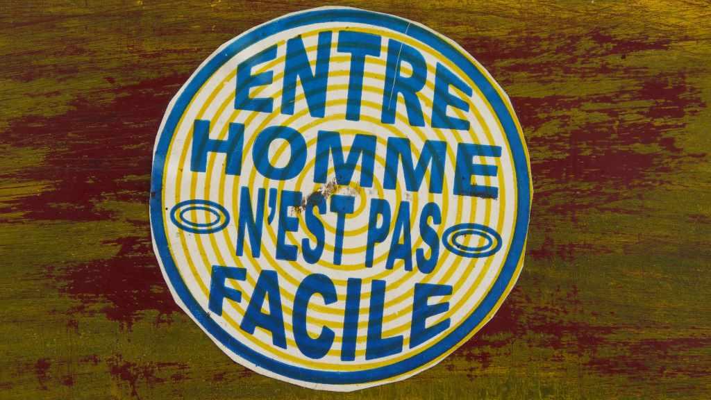 Runde Plakette mit französischer Aufschrift: zwischen Menschen ist es nicht leicht. So treffend zum Thema des Blogposts: Mehr Kommentare im Blog.