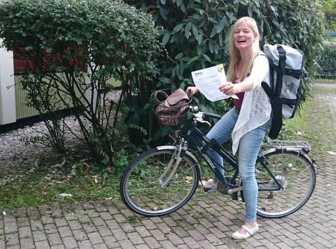 Tanja Praske auf dem Radl. Übergibt Zettel. 12von12