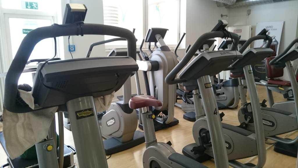 aufnahme eines Fitnessstudios mit Fahrrädern und Cross-Trainern.
