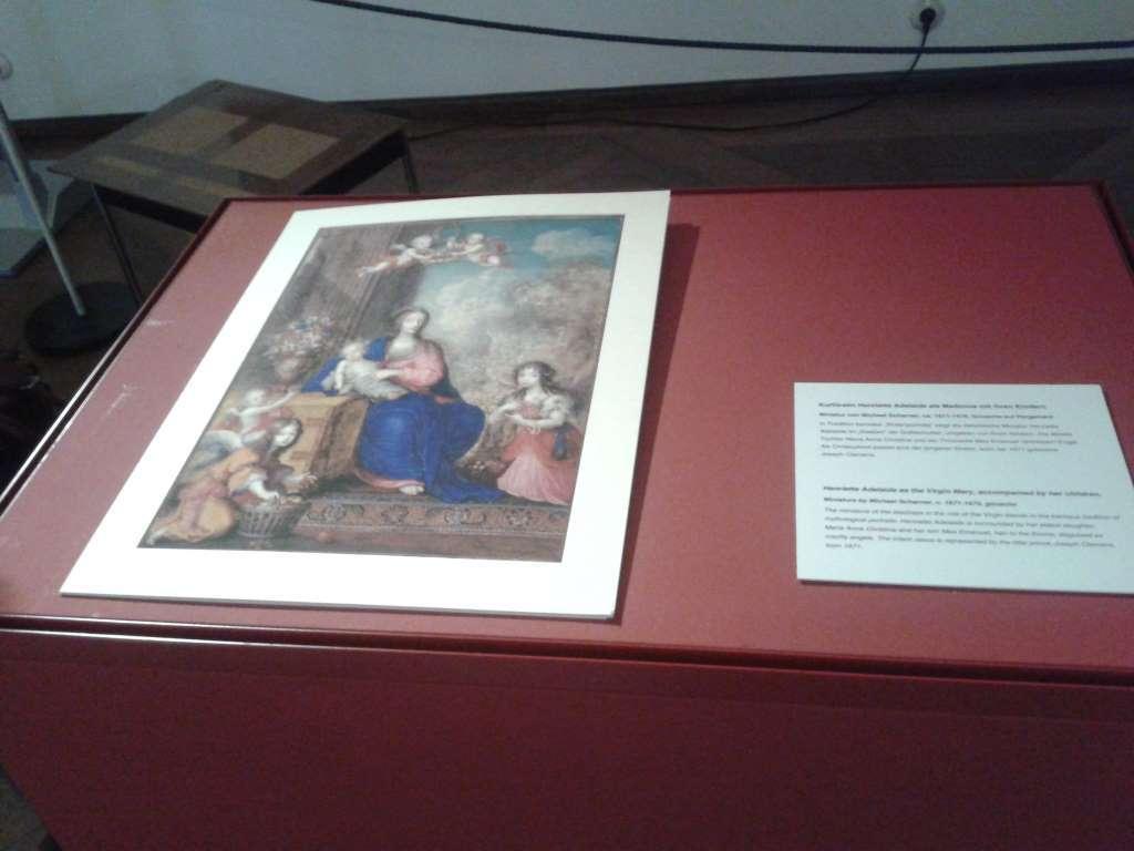 """Aufnahme von einer Druckgraphik """"Kurfürstin Adelaide als Madonna"""" auf rotem Grund in offener Vitrine. Ausstellungsaufbau. Spezieller Kulturblick"""