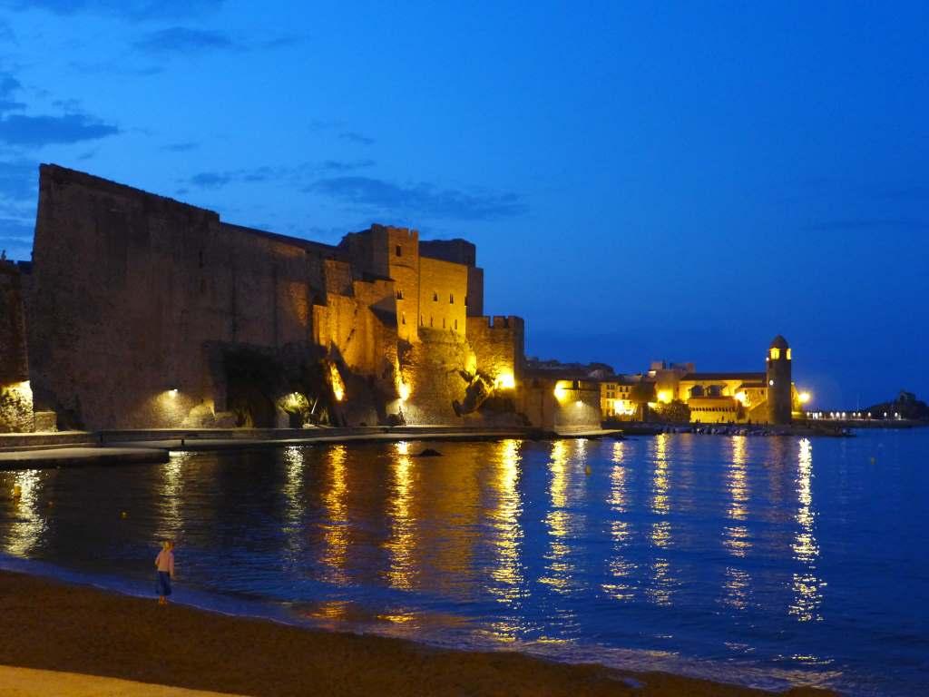 Die Festung von Colliure beleuchtet bei Nacht - ein besonderer Kulturblick.