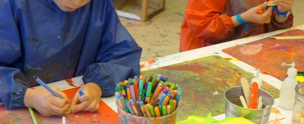 Kinderhände basteln und malen im Kinderkunsthaus. Kulturblick der Kinder.