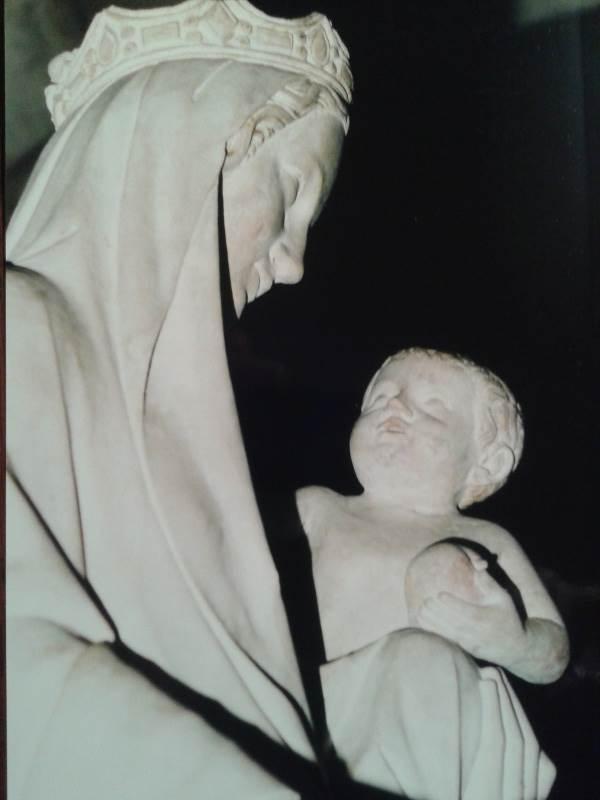 Profilansicht mit Ausschnitt einer Madonna mit Kind. Die Skulptur befindet sich in der Pfarkirche von Mainneville, Frankreich - ein spezifischer Kulturblick.