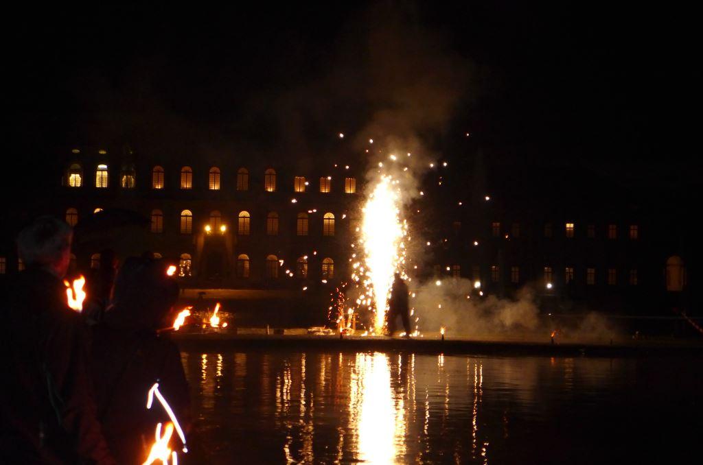 Blick auf das Neue Schloss Schleißheim vom Mittelkanal aus in der Nacht. Erleuchtet mit kleinem Feuerwerk vor der Kaskada anlässlich der Kutschengala 2017