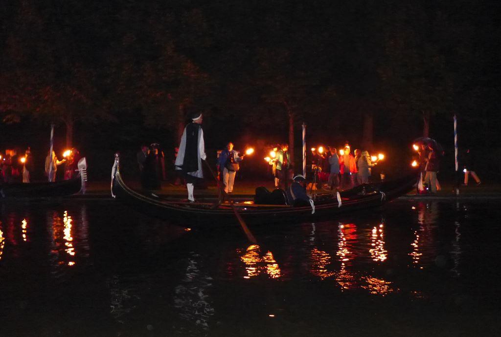 Gondelfahrt im Fackelschein in der Nacht zur Kutschengala 2017.