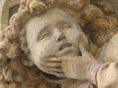 Großaufnahme Engelsgesicht. Skulptur von Claus Sluter um 1400. Trauernder Kulturblick.