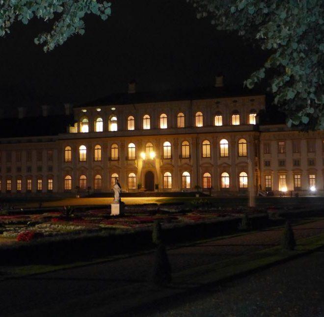 Das Neue Schloss Schleißheim erleuchtet am Abend von der Gartenseite aus gesehen. Die Kutschengala bot mir reichhaltige Bloggererkenntnis