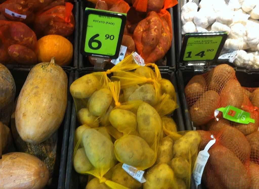 Blick auf unterschiedliche Kartoffeln im Verkauf, illustrierend zum Stutzig-Werden. Hildegard Mihm, Beitrag zur Blogparade #KultBlick