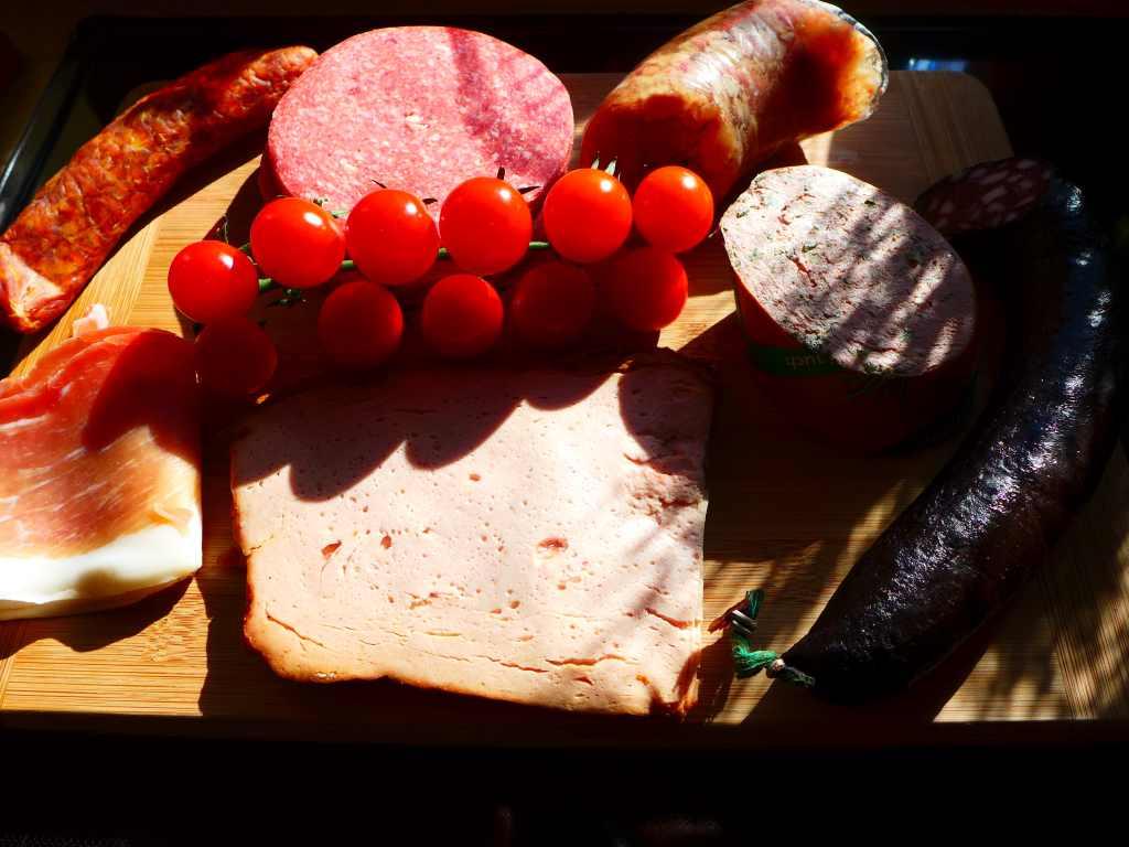 Jauseplatte mit verschiedenen Wurstsorten für den Gast.
